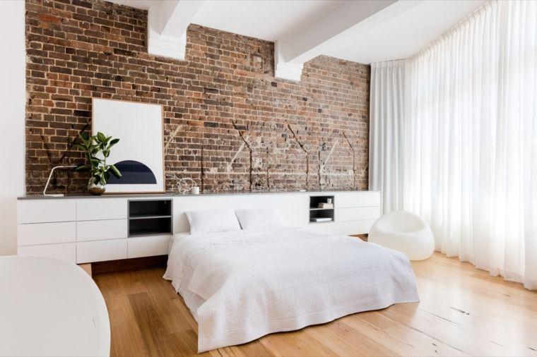 Parete pietra mobili colore bianco letto pavimento legno tende