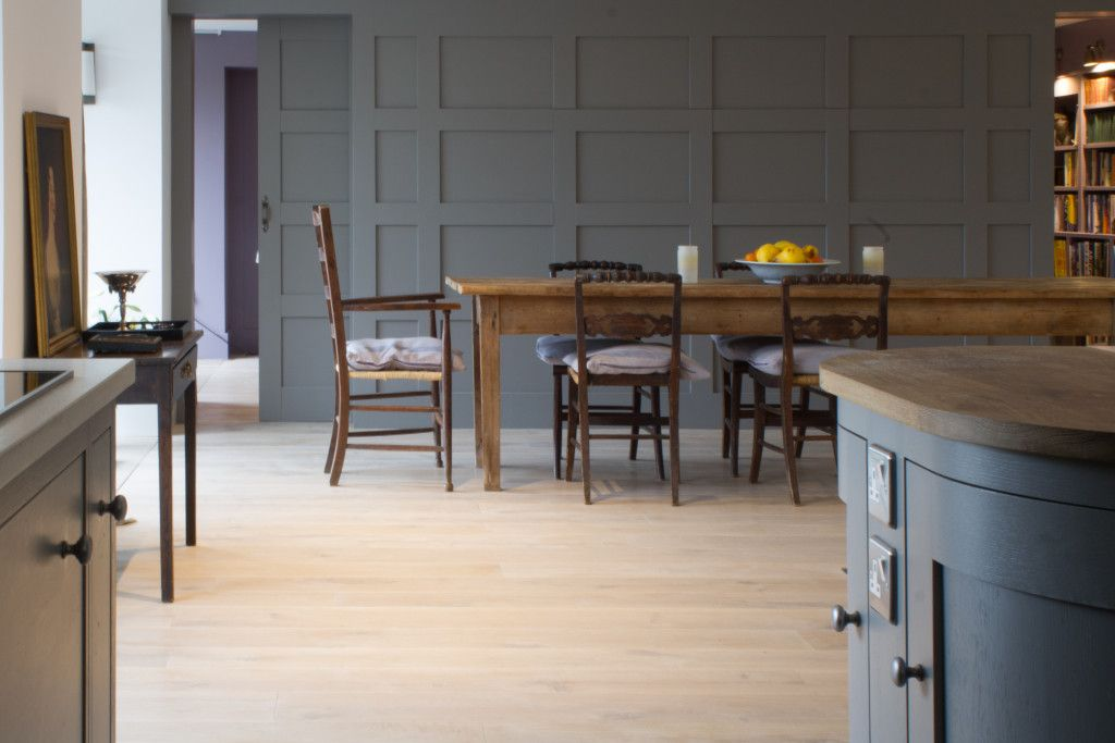 A beautiful open plan barn conversion in Oxford with a stunning curved centre island.