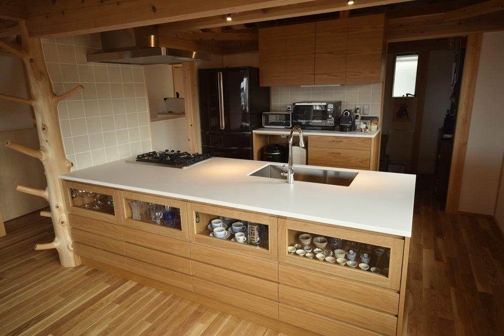 Mさんのキッチンです マットな淡いグレーベージュのタイルは 明るい