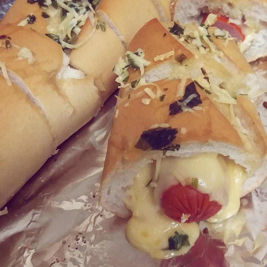 Hot dog no pão de alho do @tastydemais  #muitoqueijo #hotdog #tastydemais #tasty #sábadoanoite #pãodealho