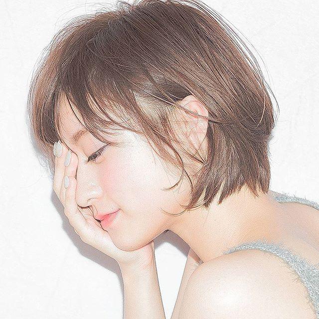 横顔バージョン 色っぽラインショート 前髪から 顔周り 首もと女の子