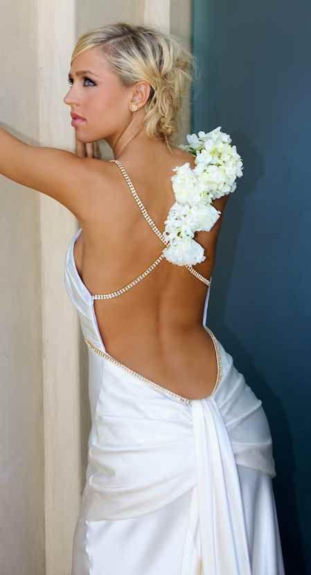 Esse vestido ficou maravilhoso com essas flores brancas nas costas! ;)