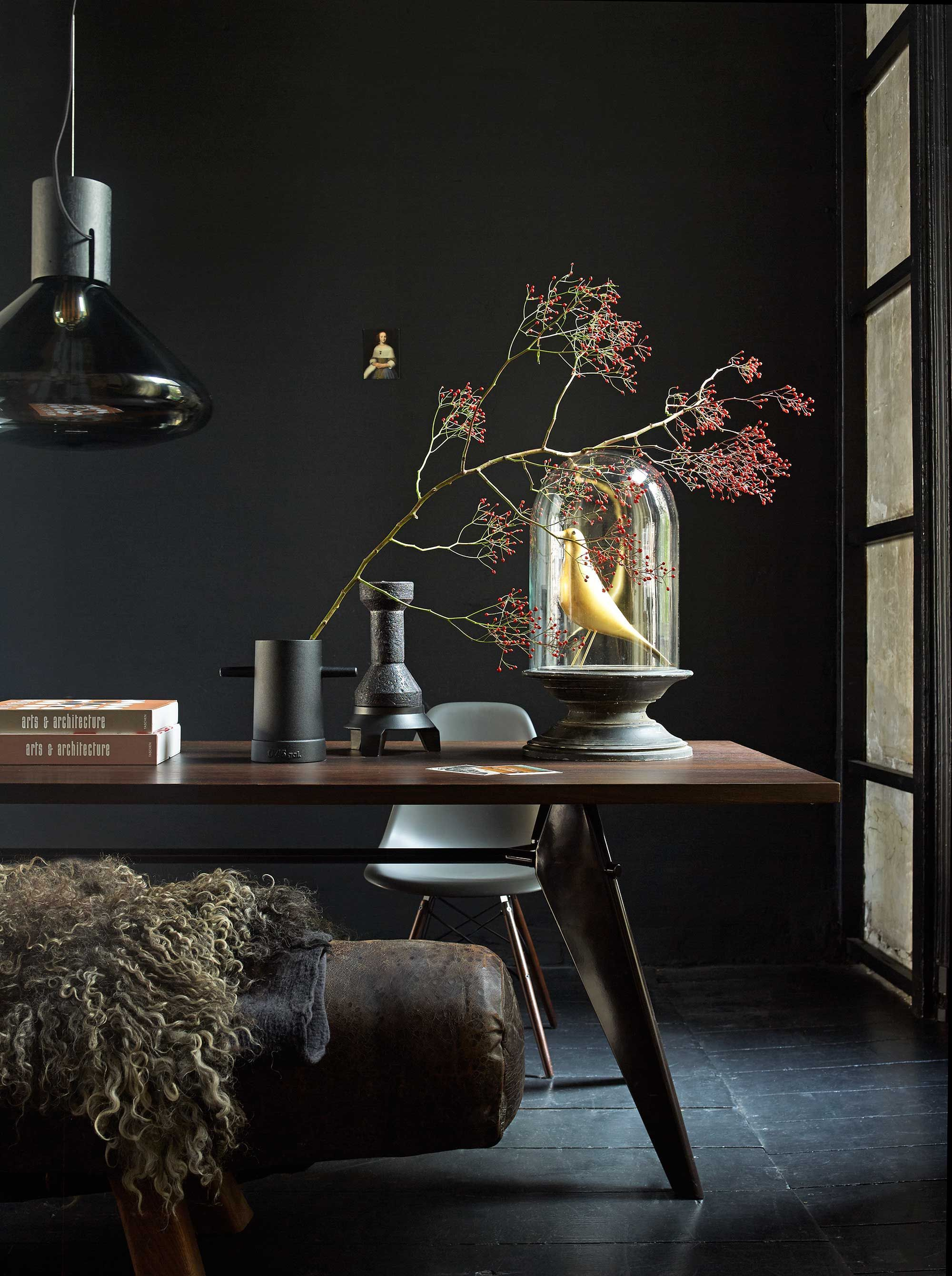 Some beautiful interior design tips of the use of dark or black interior elements