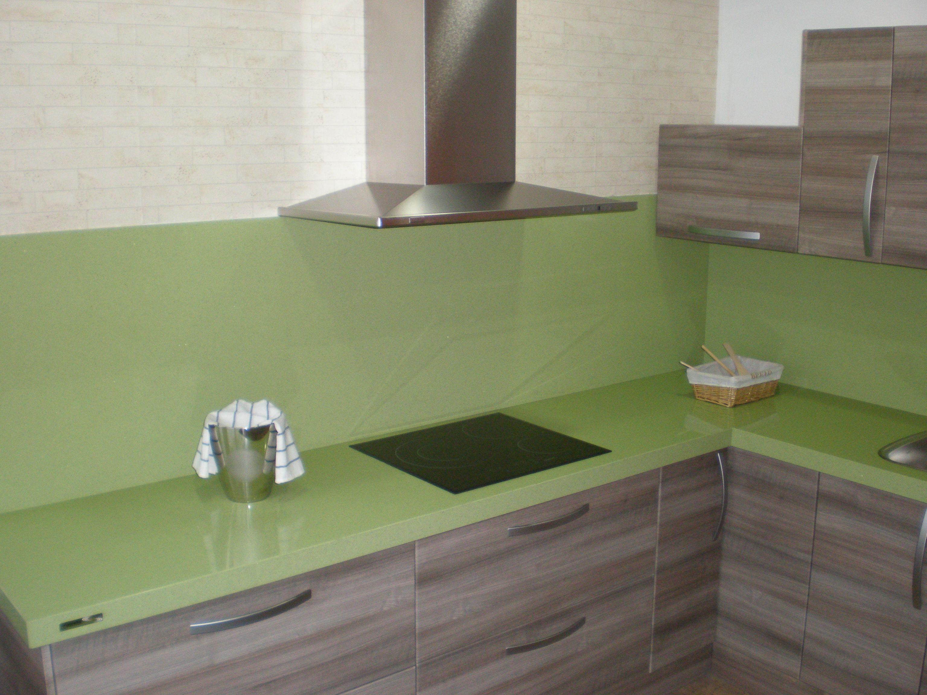 Muebles de cocina con puertas de madera y encimera de for Muebles de cocina df