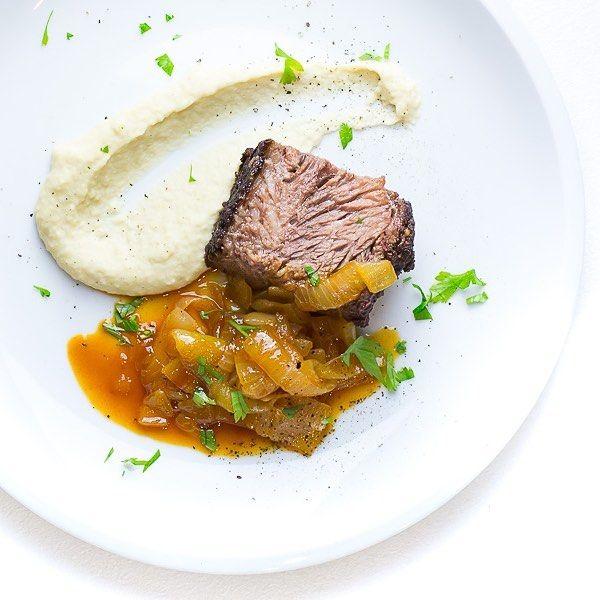 Beef Brisket mit Bierzwiebeln und Bohnenpüree. #bbq #beef #brisket #longjob #lowandslow #smoker #instafood #instacool #rezept #weber #wsm #food #foodporn #foodie #foodgasm #foodblog #foodblogger #igersnuernberg