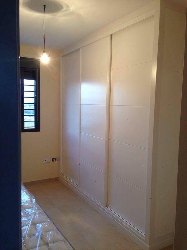 Armario empotrado corredera lacado blanco con costado for Puertas de corredera para dormitorio