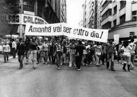 """Movimento Civil das """"Diretas Já"""" no Brasil, durante o fim bem dizer da  Ditadura Militar(1964-1985). Tal ocorreu entre 1983 a 1984."""