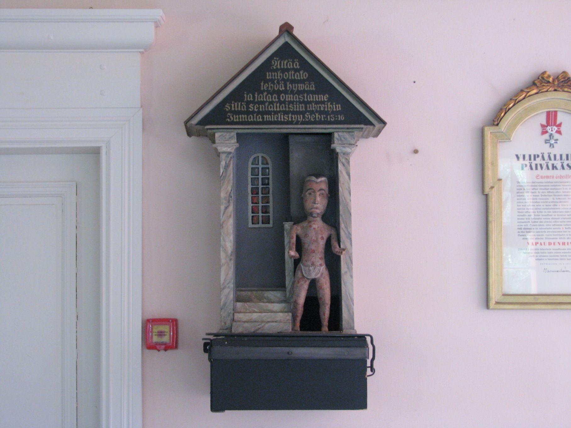Salo Särkisalon kirkon vaivaisukko, jolla kokoa oli vähänlaisesti ja se olikin nostettu kirkkosalin seinälle pohjoisen sisäänkäynnin viereen.