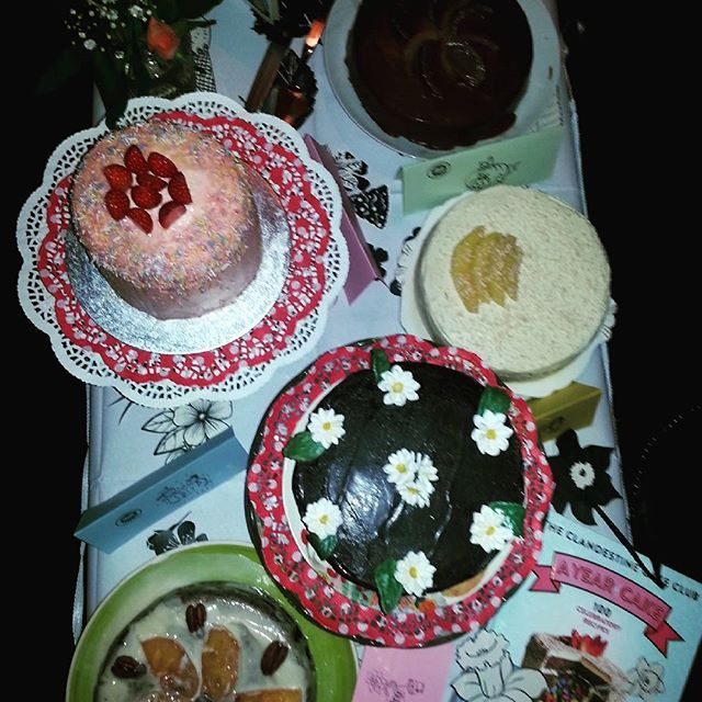 What a beautiful display of our #ayearofcake cakes #reform  #pinata #whitechocolatemango #chocolateorange #pesamonpeacan @clandestinecakeclub #camden #quercus