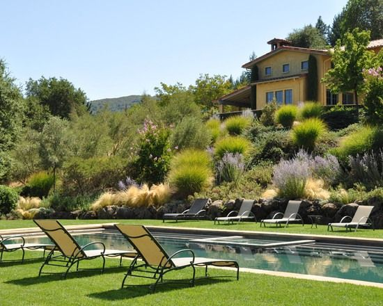 Garten Hang Ideen Mediterran Stil Gräser Sträucher Pool