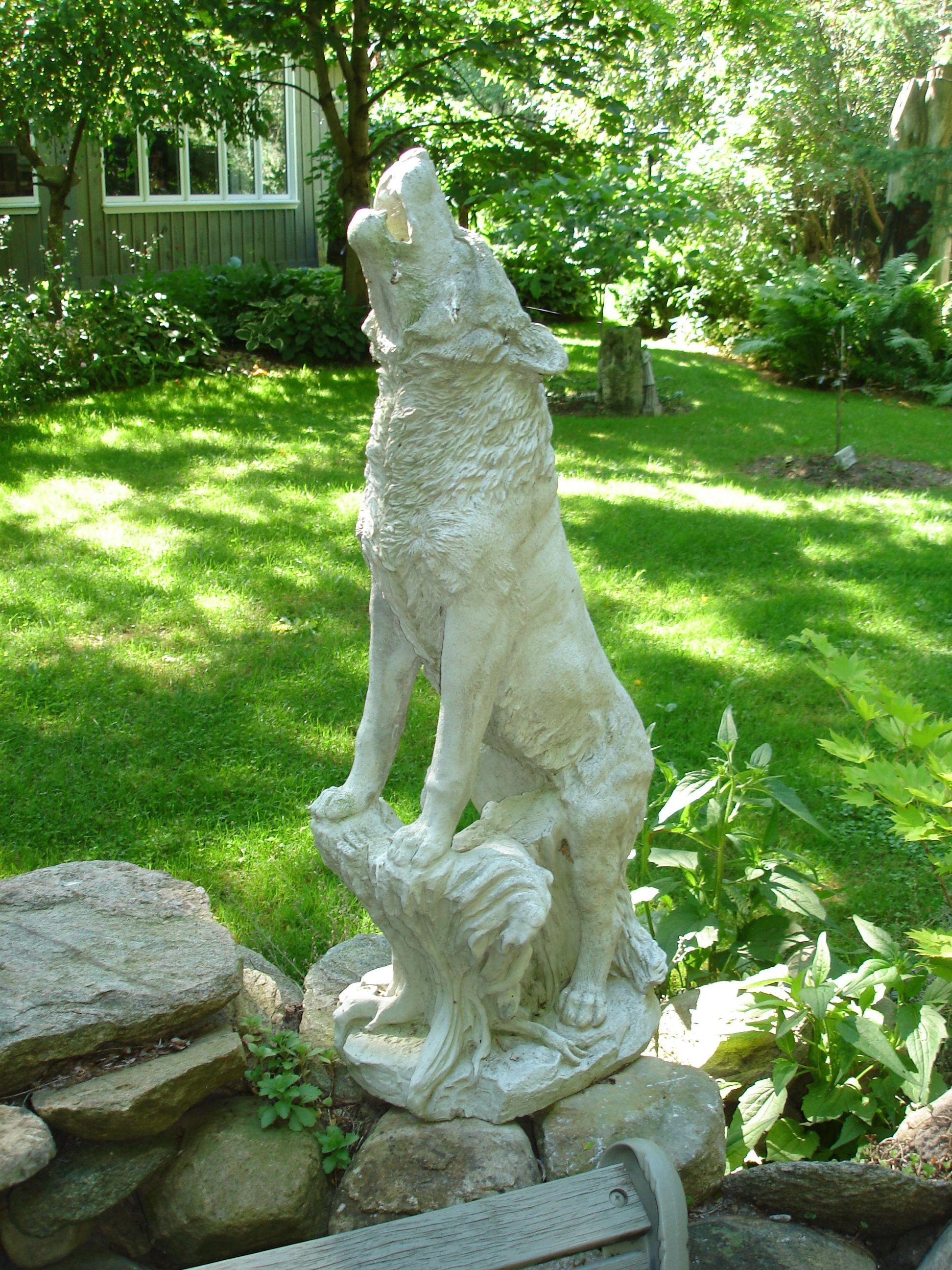 Merveilleux Howling Wolf Garden Statue, Ontario, Canada.