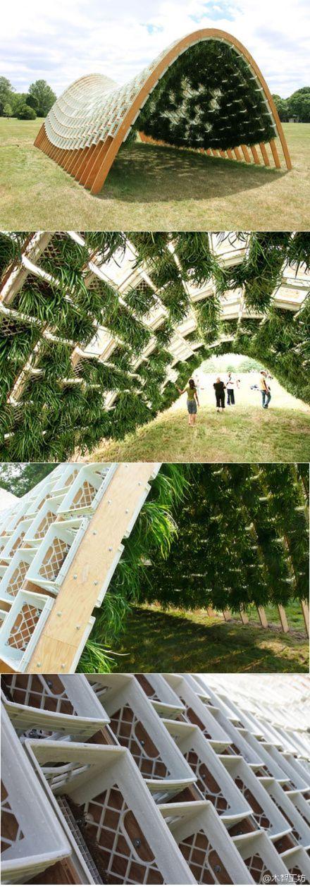Der Gewinner des City of Dreams Pavilion Competition 2010, das nachhaltige Design von Ann Ha und Behrang Behins Living Pavilion, wurde auf der Governors Island in New York für die Sommersaison 2010 als temporärer Sammel- und Sammelpunkt für künstlerische Aktivitäten auf der Insel installiert. Living Pavilion war eine Low-Tech-Anlage mit geringen Auswirkungen, die Milchkisten als Rahmen für den Pflanzenanbau verwendete, ähnlich einer grünen Mauer. Die Oberfläche des Pavillons ist mit hängenden . #artinstallation