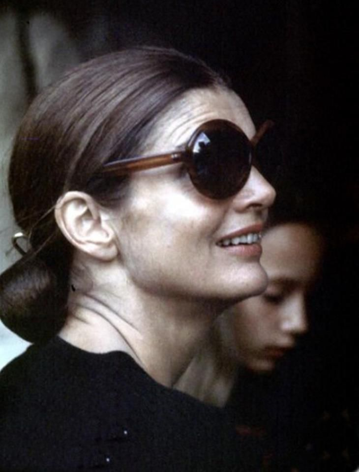 Jackie Kennedy s Pulled back bun   signature sunglasses.   Visages ... bc9956196bf9