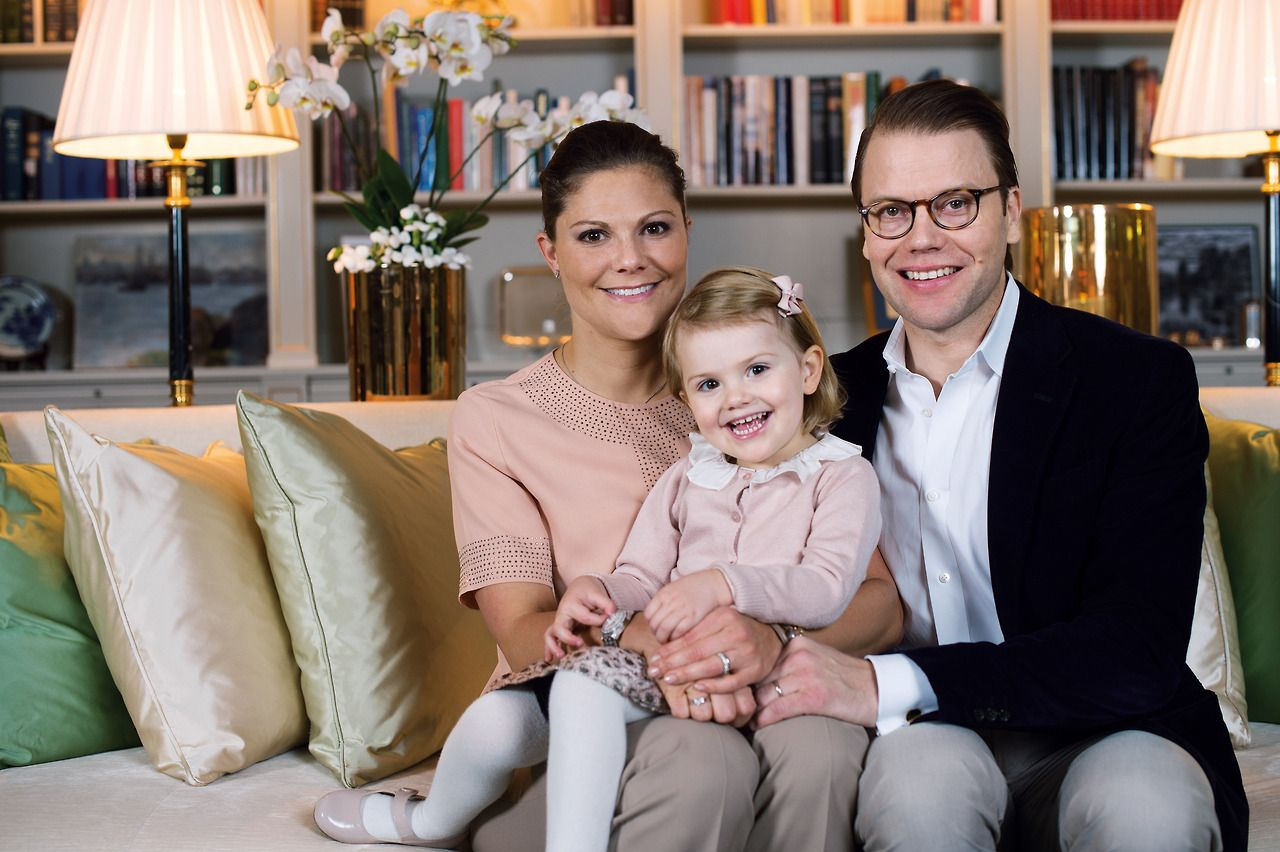 New official picture of Princess Estelle, Princess Victoria and prince Daniel