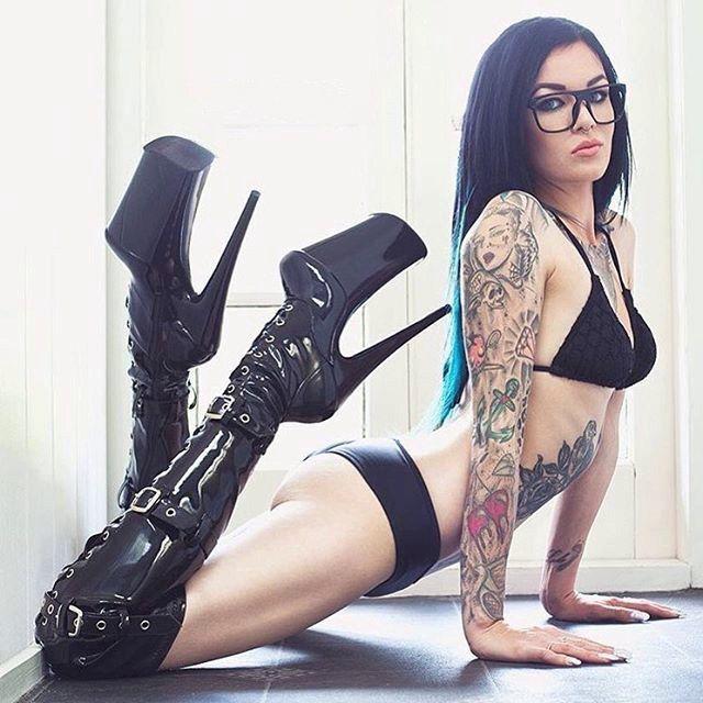 Девчонки с татуировками страптиз