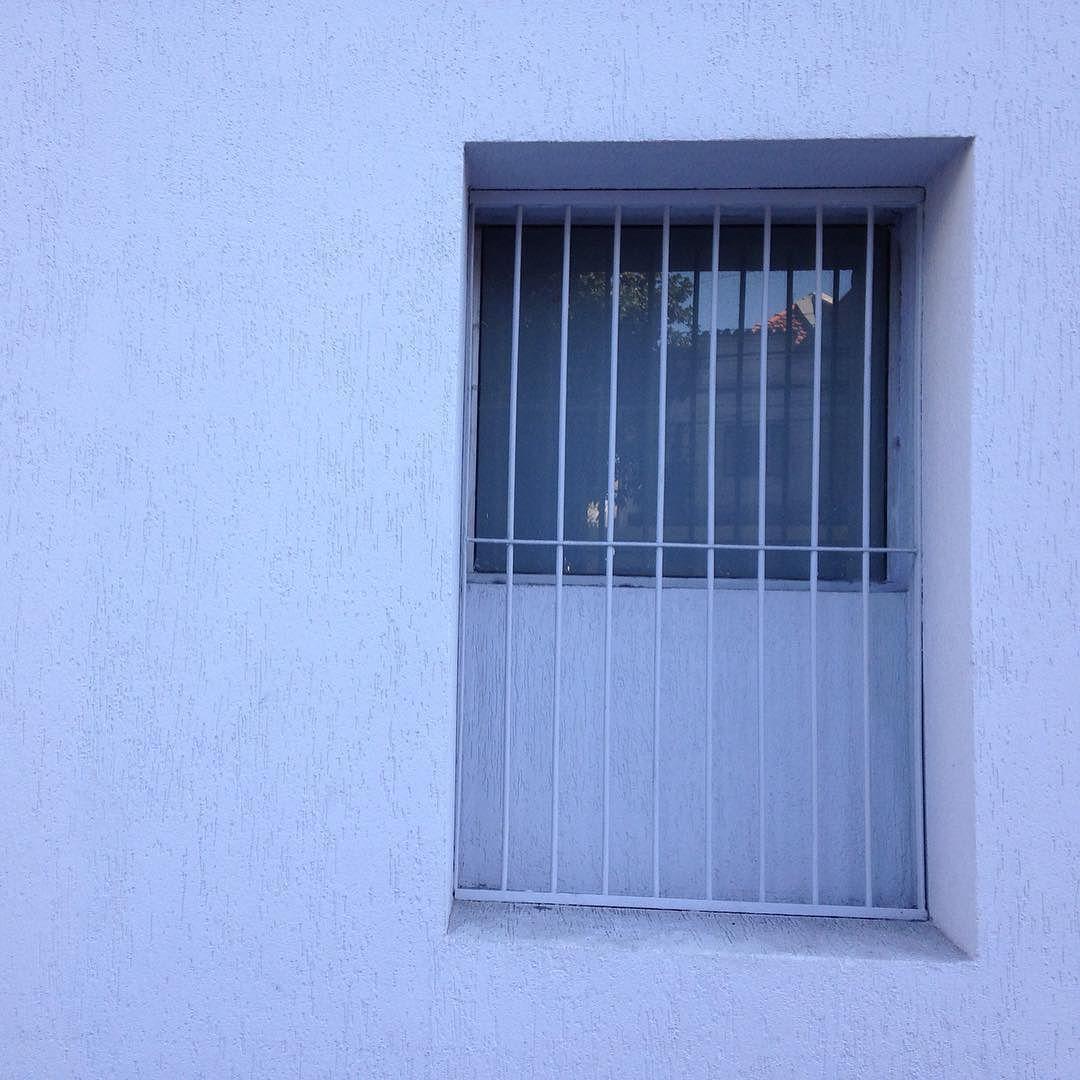 #janela #grade #azul #casa #cidade