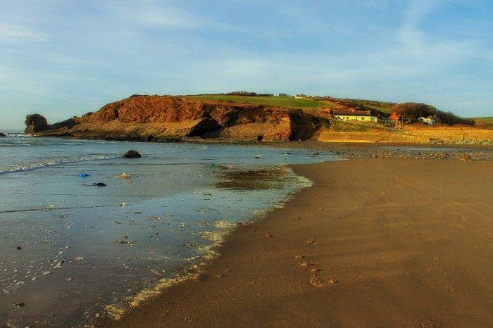 Gales de leyenda - http://www.turistasenviaje.com/gales-de-leyenda/ La imagen de una playa de arena blanca bañada por aguas cristalinas es quizá la más inesperada que un visitante primerizo puede llevarse del país de Gales, asociado tradicionalmente a su paisaje de verdes valles o la merecida etiqueta de «tierra de castillos». Más desconocido es su generoso litor...