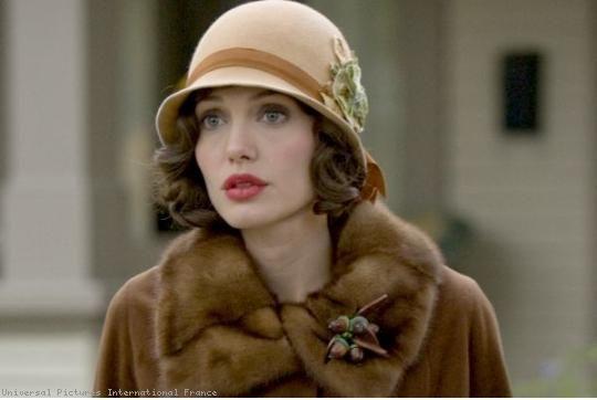 Angelina Jolie habillée d'une belle robe années 20 pour le