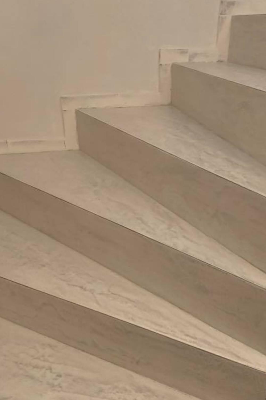 Escalier En Beton Cire Gris Clair Escalier Escalier Beton Cire Dallage Piscine