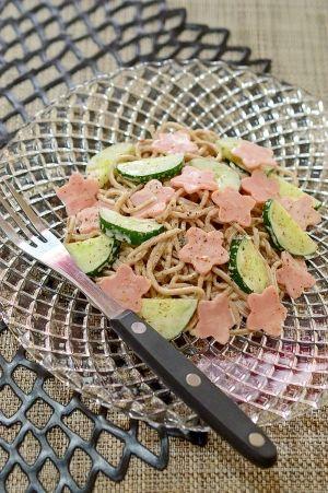「お蕎麦リメイク!きゅうりとハムの☆マヨサラダ」お蕎麦を多めに茹ですぎてしまって、翌日になると麺が固くなりますよね〜。そんな時は、サラダにしちゃいましょう〜!麺つゆを少し入れると、味が引き締まりますよ。【楽天レシピ】