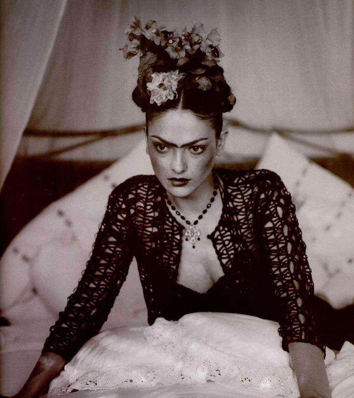 Sur les spår de Frida Kahlo L'Officiel # 822, februari 1998 Fotograf: Iris Brosch Modell: Laura Ponte