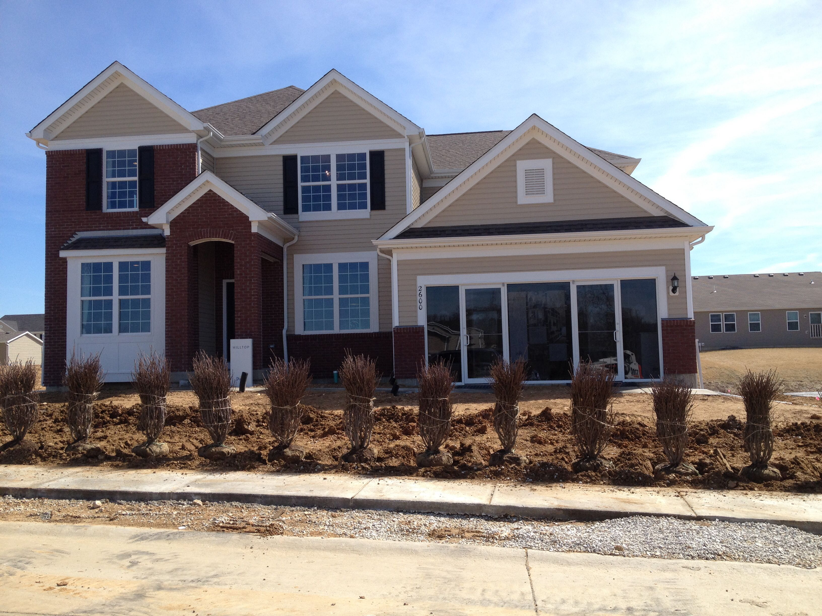 Simonton Profinish Contractor Series New Construction Windows Single Hungs Being Used With Flat Colonial Styl Window Construction Colonial Style House Styles