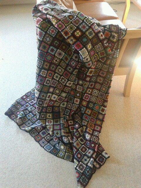 Photo of Hæklet tæppe af 800 oldemorfirkanter. Det er godt at få brugt sit eget og and…