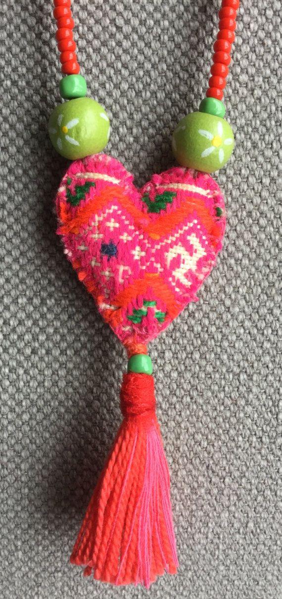 Collar textil Bobo, etno, Chic a colores brillantes y tónico. Un bonito corazón bordado a mano de Tailandia creada una nota de originalidad a este collar. La joya está hecha con los granos de la semilla. Collar de perlas: 35cm Con sus dimensiones de borla colgante: 3 x 6, 5cm Brillante rosa, brillante naranja, verde, rojo y blanco cuello.