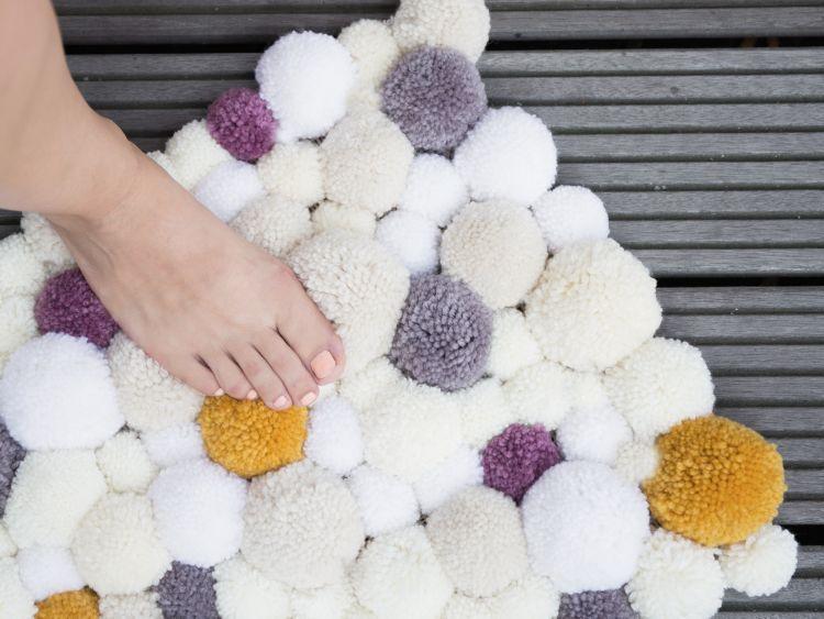 diy anleitung flauschigen pompom teppich selber herstellen via handarbeiten. Black Bedroom Furniture Sets. Home Design Ideas