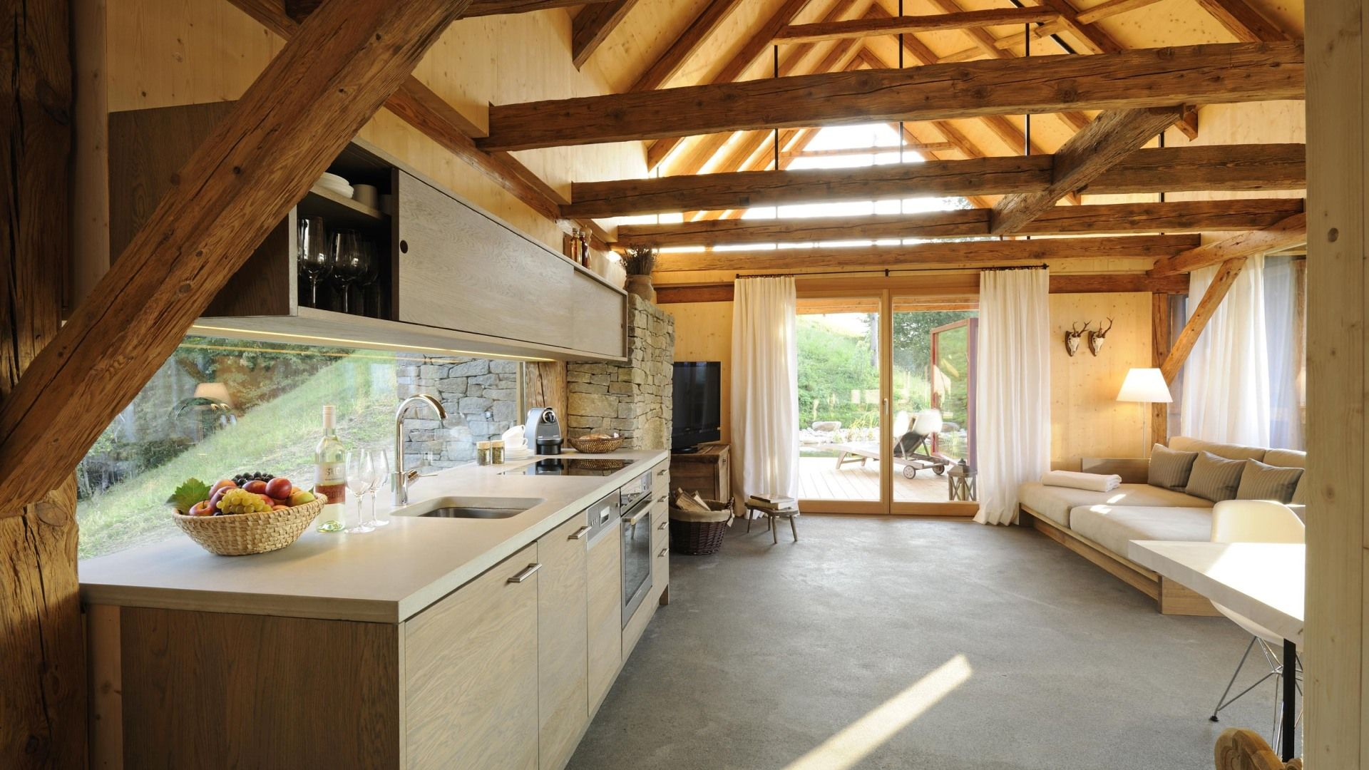eine offene k che und ein betonboden in einem alten stadl eine bessere kombination f r einen. Black Bedroom Furniture Sets. Home Design Ideas