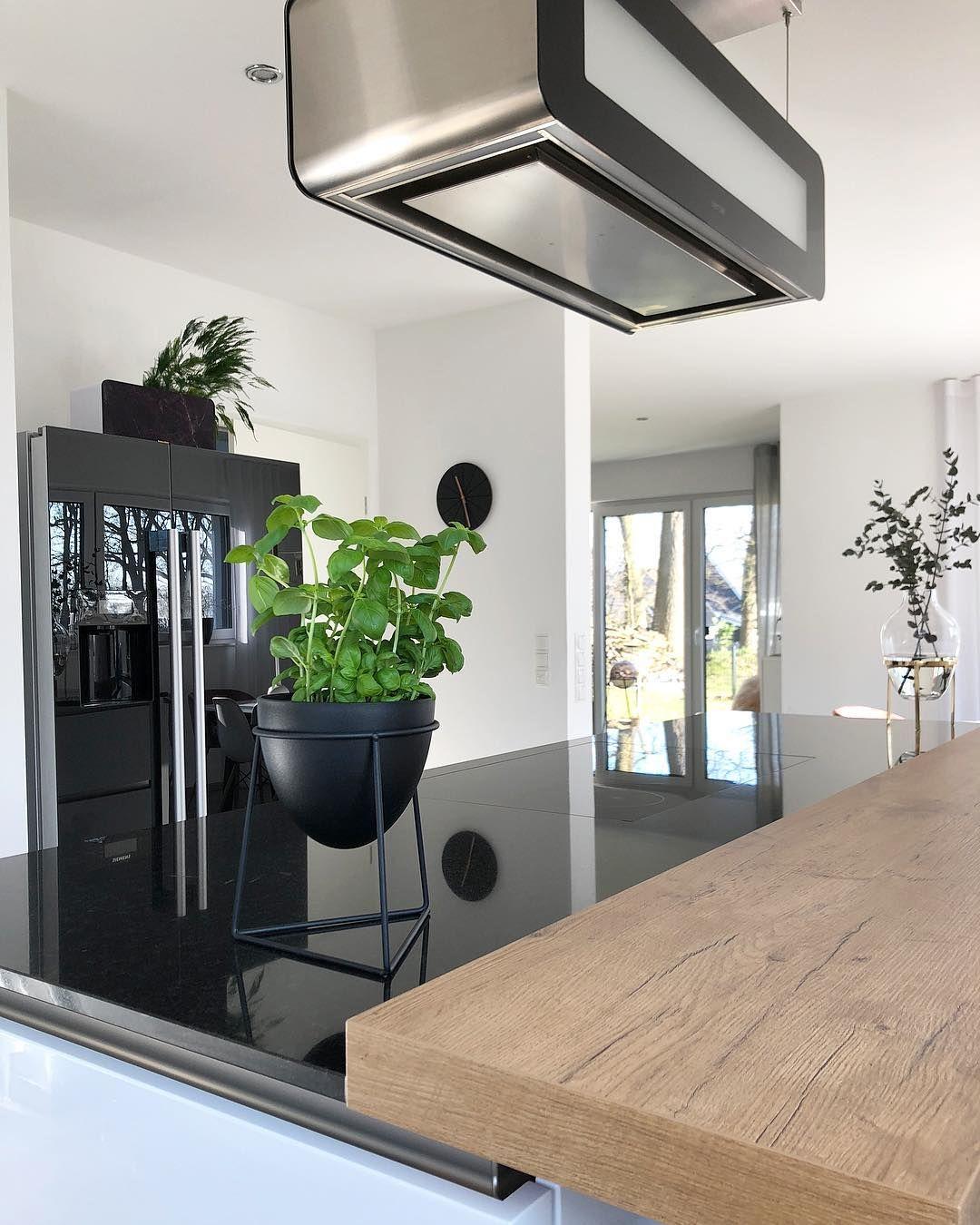 Küchenliebe küche in hochglanzoptik mit abzugshaube küchentresen in holzoptik