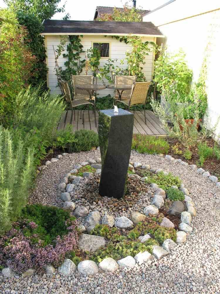 Spirale aus Steinen, ein Säulenbrunnen und Echeverien - ideen gestaltung steingarten