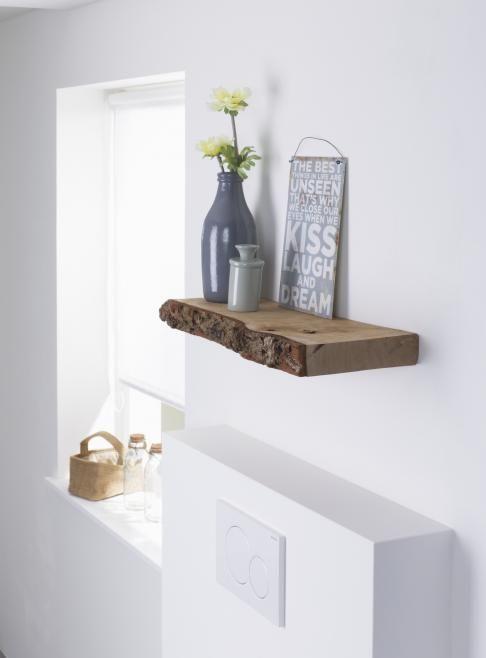 Gebruik eens letterlijk een houten plankje mét boomschors voor aan ...
