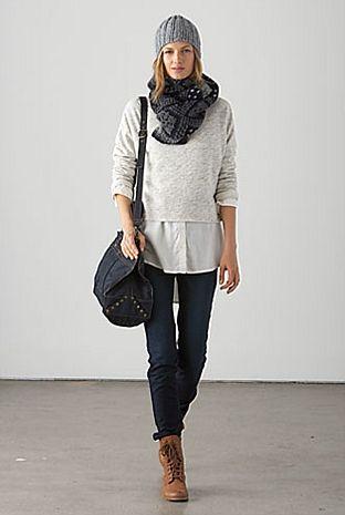 sobreposição com blusa dentro mais larga parecendo uma saia