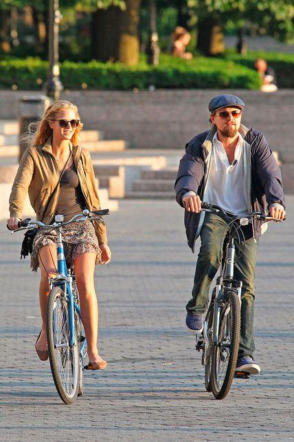 en #bicicleta Leonardo Dicaprio y su novia Erin Heatherton. Nueva york.