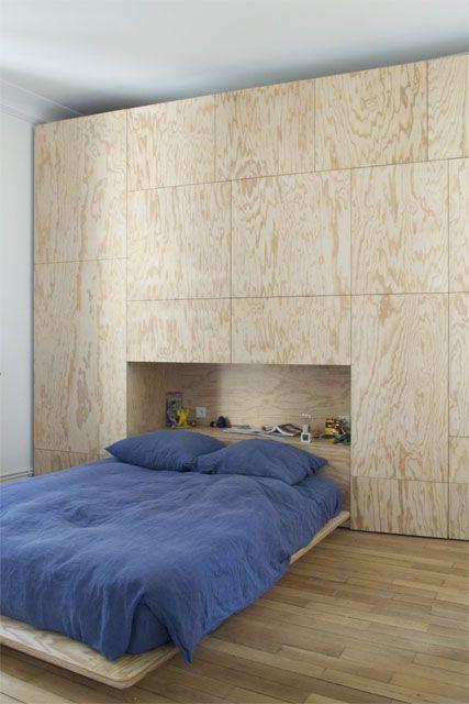 un placard t te de lit et un bureau en cp r sineux vernis. Black Bedroom Furniture Sets. Home Design Ideas