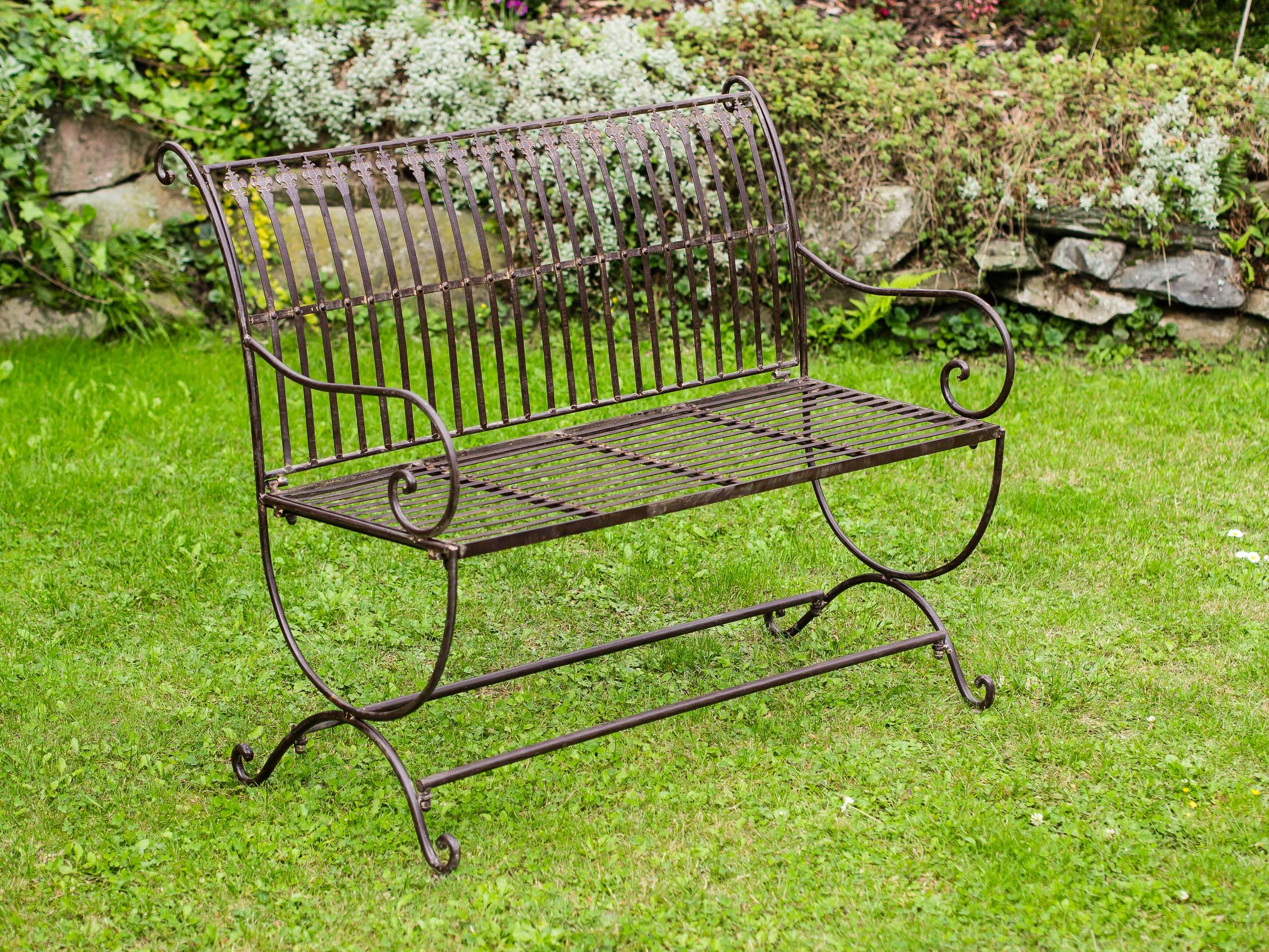 Wunderschöne Gartenbank aus Eisen mit schönen Verzierungen. Ideal ...