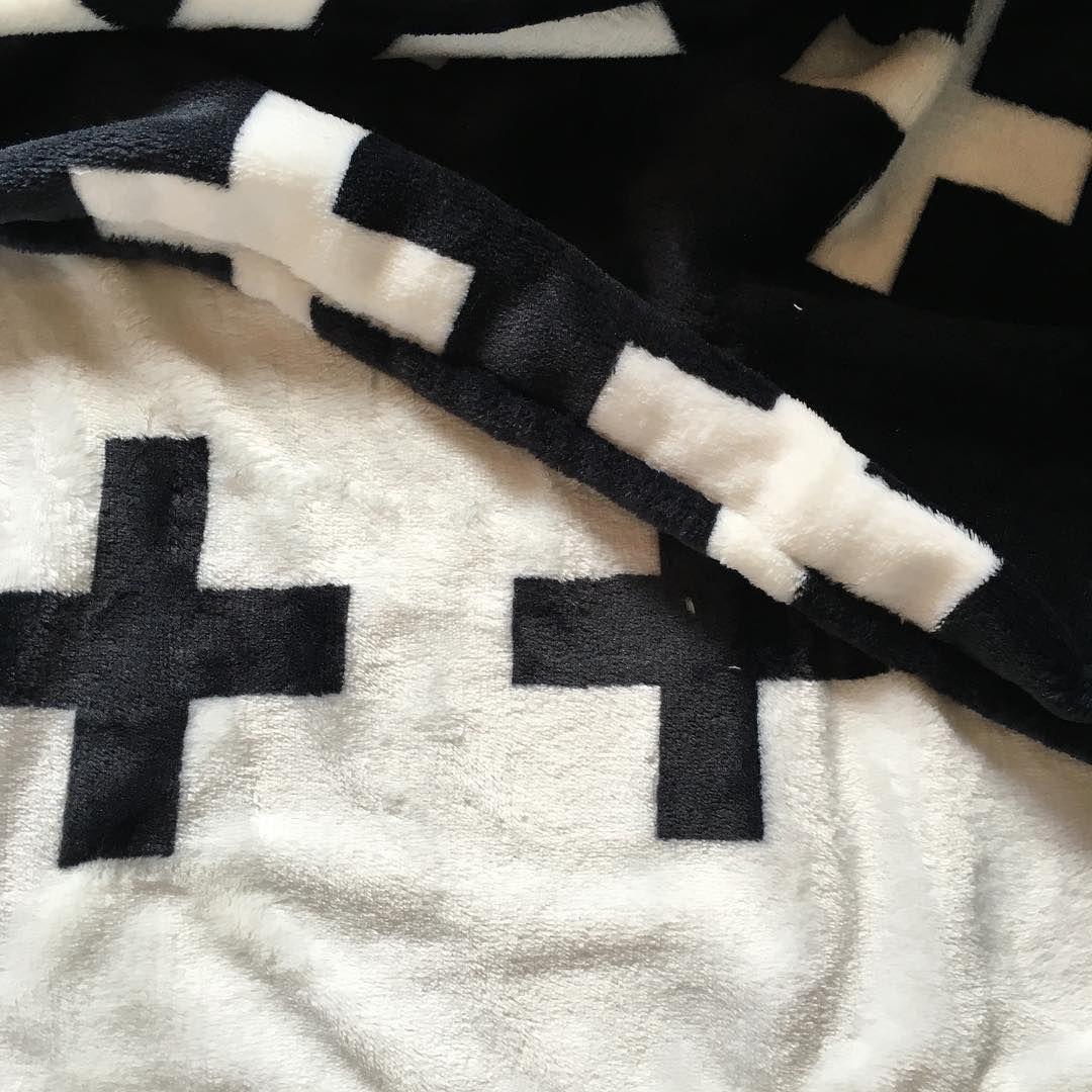 Super super zacht zijn deze nieuwe dekentjes voor de allerkleinsten! Vanaf morgen te bestellen voor €25,-. #blanket #baby #fleece #fleeceblanket #monochrome #blackandwhite #cross #supersoft