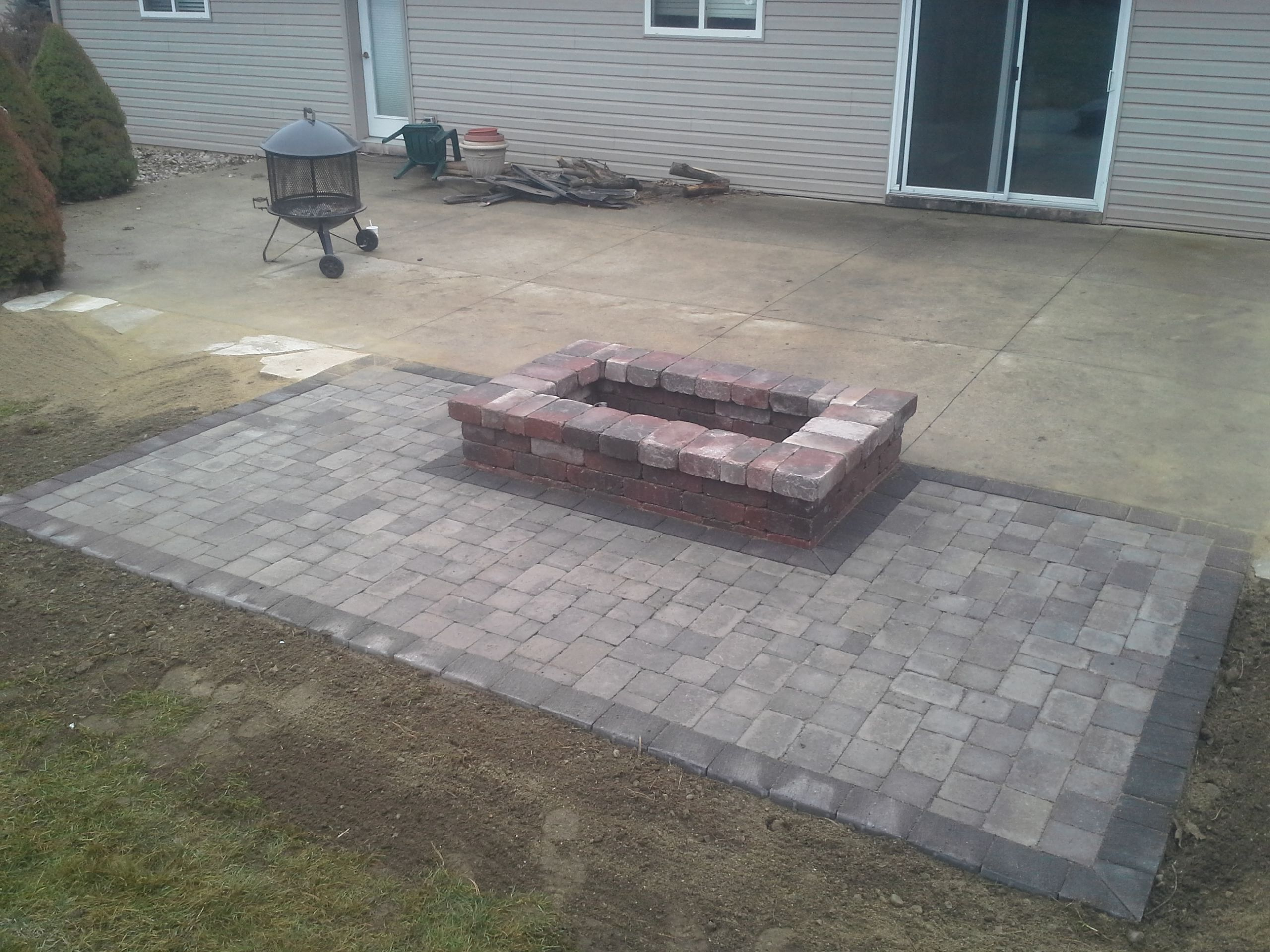 Oaks Laredo Rectangle Fire Pit Paver apron is made with Oaks