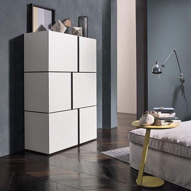 Die elegante Hochkommode ist mit ihren versetzten Türen ein moderner - schrank für wohnzimmer