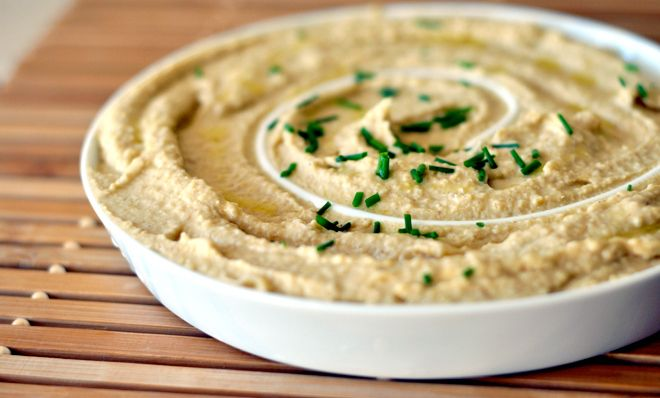 El hummus es un plato deliciosoque tiene su origen en el antiguo Egipto y actualmente se consume mucho en Oriente Medio, incluidos Israel, Líbano, Palestina, Turquía, Grecia, Siria, Armenia y Chip...