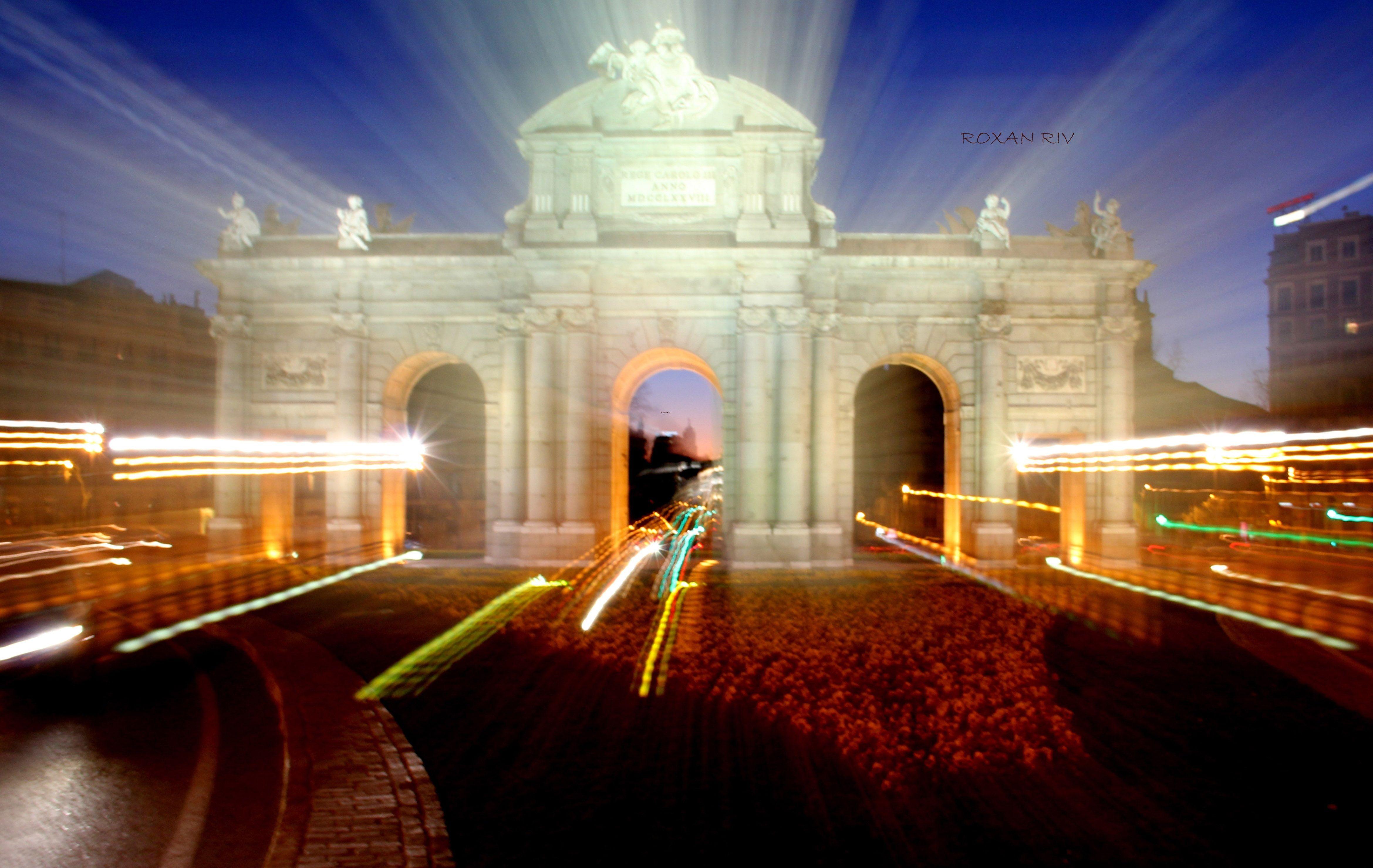 *Puerta de Alcalà, Madrid, España*  Es una de las puertas reales que daba acceso a la ciudad de Madrid.  Obra del arquitecto italiano Francesco Sabatini