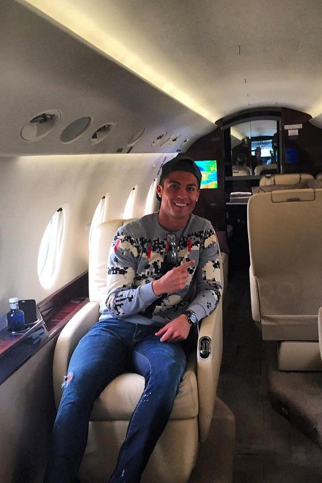 28d48882b26 Cristiano Ronaldo - Travelling alone in his private jet on