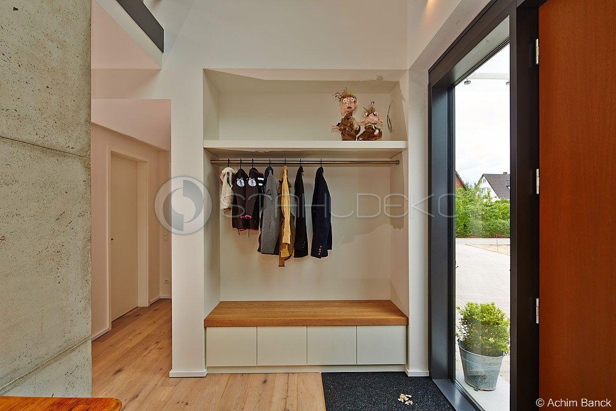 Garderobenstange Classicus montiert in einer Nische im Eingangsbereich des Hauses #decorationentrance