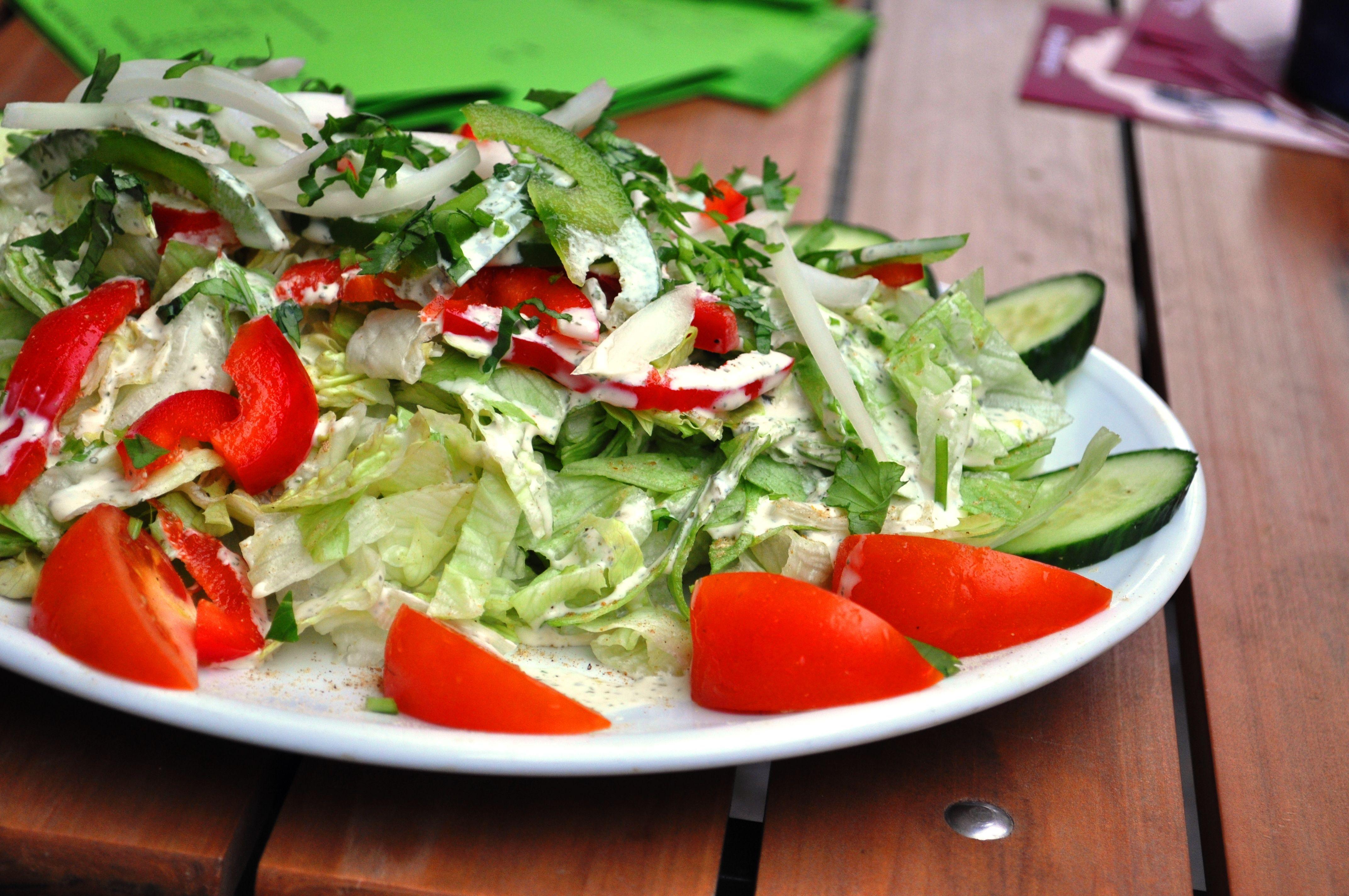 Frischer, knackiger Salat von Singh - Indische Spezialitäten #berlin #indisches #restaurant #vegetarianberlin