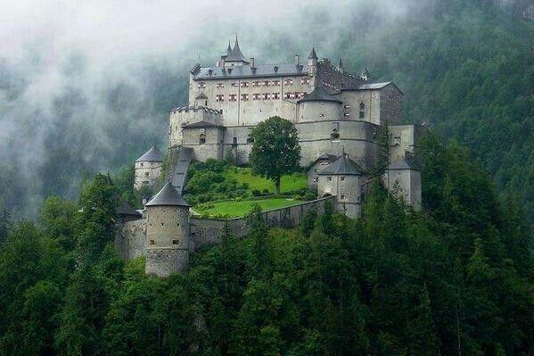 Castillo en medio de las montañas