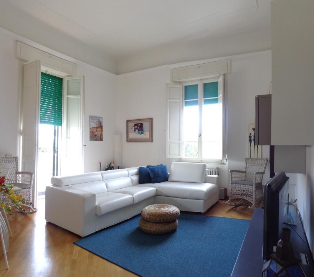 Vendesi appartamento con terrazza in villa liberty Marina di Pisa