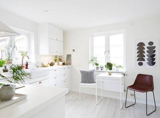 Màu trắng là màu chủ đạo từ trần nhà, tường nhà cho đến sàn nhà