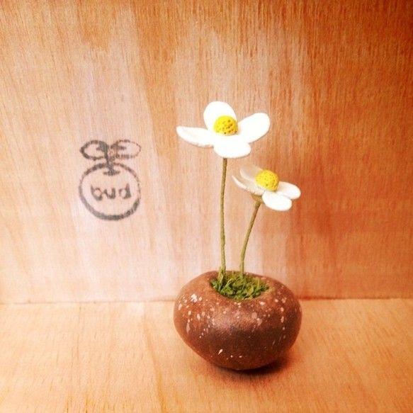 粘土でつくった鉢植えです。 水あげ不要です。 小さな白い花が2つ並んでいます。●素材 石粉粘土・水苔・ワイヤー アクリル絵の具で色付けをした上から、ニスをぬっ...|ハンドメイド、手作り、手仕事品の通販・販売・購入ならCreema。