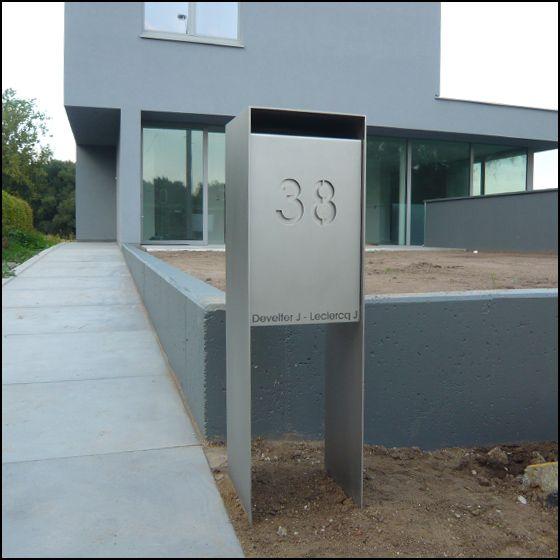 RVS brievenbus op staander met front in verschillende materialen zoals RVS, gelakt aluminium en cortenstaal.